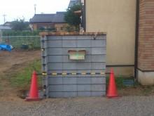 コンクリートブロックを積んで門袖の下地を作っていきます 笠木のレンガは先にのせておきます