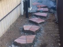 飛び石風に自然石を乱貼りしてアプローチを作ります