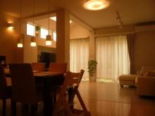 増築部分にトップライトや高窓を付けて採光を取り、換気にも使用出来ます。
