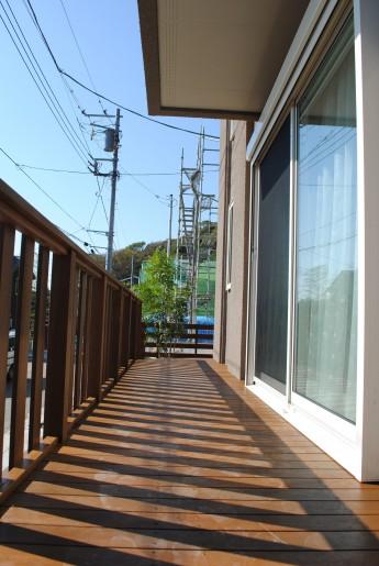 掃出し窓からフラットに設置したウッドデッキはお庭とお部屋の出入りが楽に出来ます