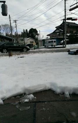 アトラスホームのアプローチには6~7センチの厚みの雪が積もりました。