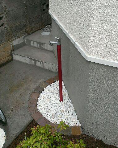 赤い水栓はジラーレ カラバリとしゅっと立ってスリムな印象が魅力です