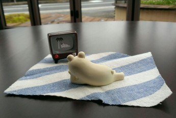 テレビをみるしろくま