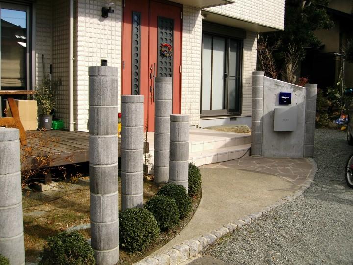 化粧ブロックのようなもので柱状のオブジェを造り、個性的な外構に