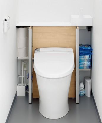 キャビネット内には掃除道具などよく使う物が収納出来ます。