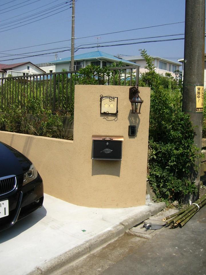 アンティークな門灯、表札、ポストを合わせた門まわり。