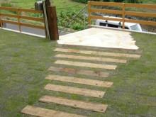 枕木と芝のアプローチ
