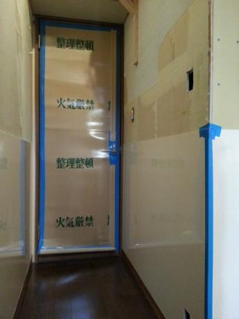 廊下の壁とトイレの扉