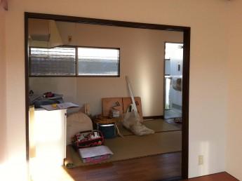 施工前の洋室からキッチン方向を見ると