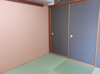 和室には琉球畳風に敷かれた縁なしの畳