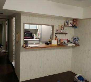 マンションのリビングの壁紙を木目調に張り替えておしゃれなリビングにリフォーム