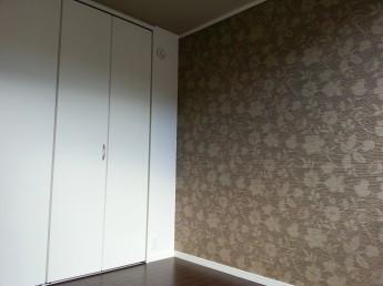 寝室(洋室)の壁紙には一面だけアクセントで柄の壁紙を貼りました。