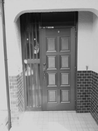 ドアクローザーが壊れてしまった玄関ドア