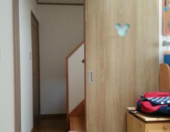 子ども部屋の入り口はミッキーシルエットのドア