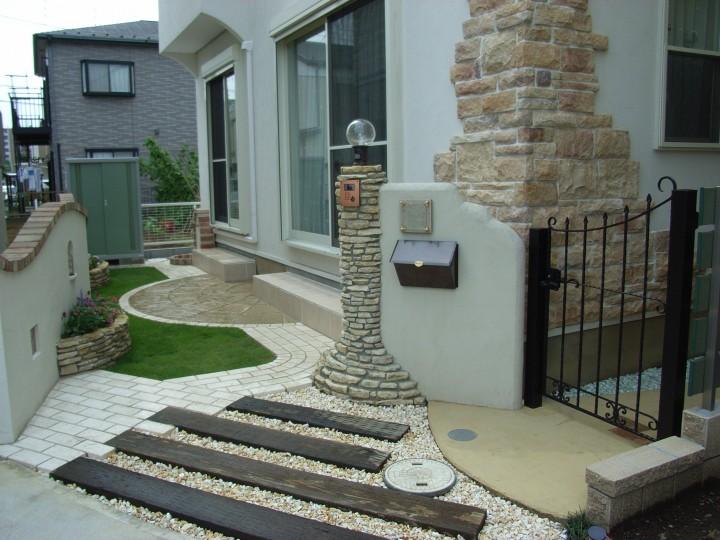 石積み風の門柱・門袖を組み合わせた門まわり