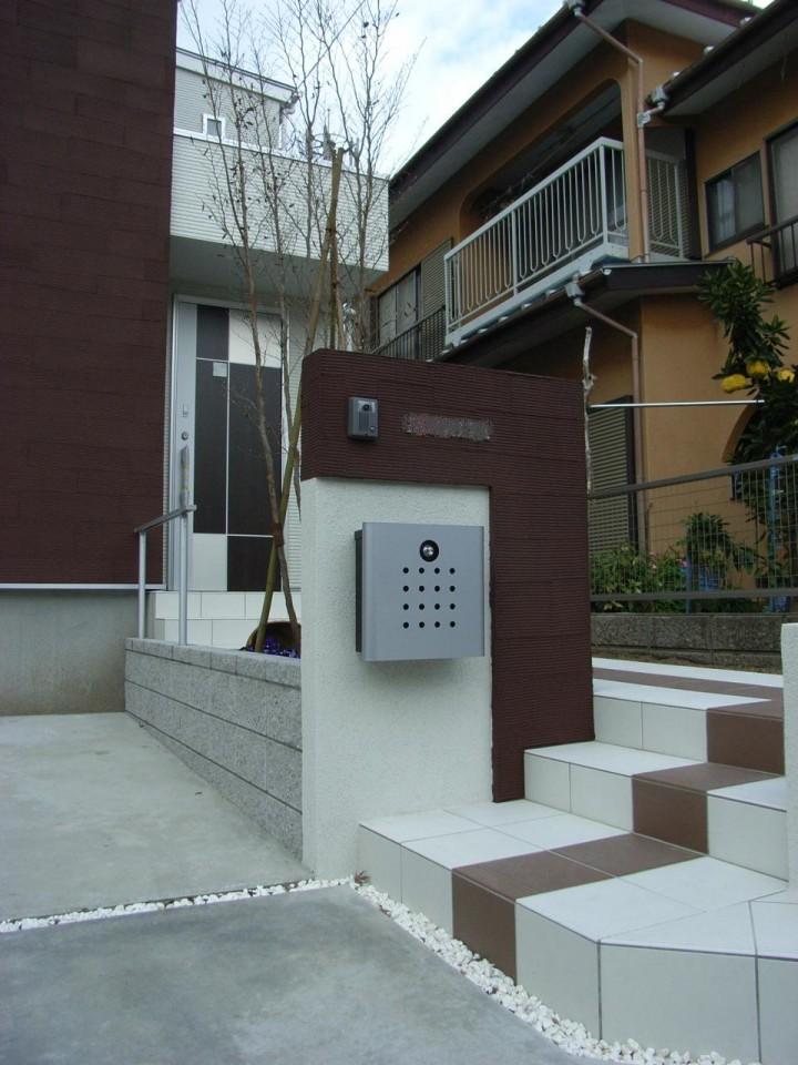 新築の住宅の雰囲気に似せた門袖。