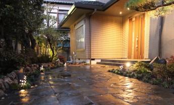 自然石を延段風に敷いたアプローチ。照明で夜も美しい玄関廻り