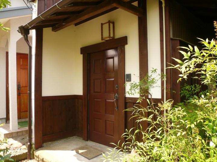 木製ドアの塗装と、周りの漆喰塗り替え、板張りを行いました。