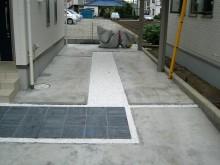 玄関アプローチの床材を駐車場まで伸ばしたパーキングスペース