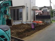 重機と人の手による掘削作業 ブロックを設置していきます