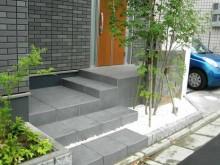 玄関前にシンボルツリーを配置し、ゆとりのあるステップに