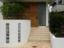 門袖に組み込んだガラスブロックが涼しげなアクセント。建物との統一感にも○