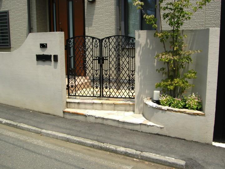 門前花壇を設けたクローズな門まわり