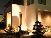 タカショーの華蛍を使用した夜間の和風小庭