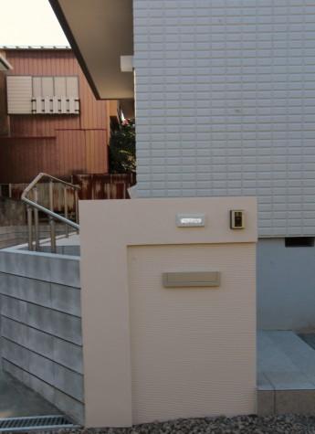 門袖に凹みを付けてシンプルな門まわり。凹み部分は塗り方を変えてあります。