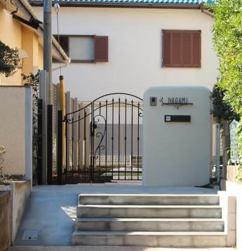 角が丸い門袖にアイアン調の門扉・表札を組み合わせて可愛らしい門まわり