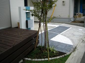 オープンな門まわりの床材を駐車場まで伸ばして床面の多彩な外構