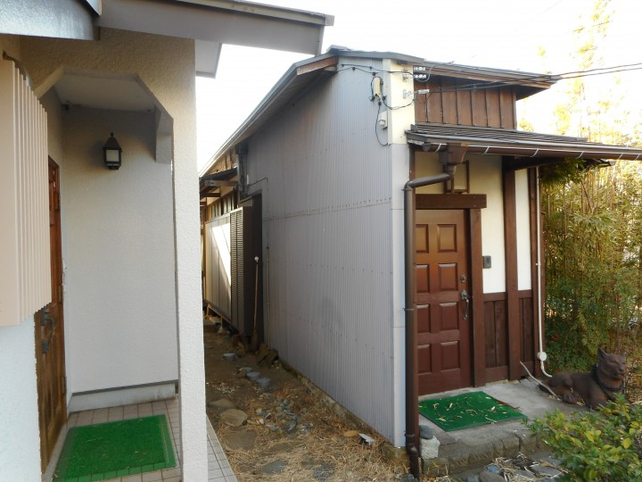 玄関横 板金壁