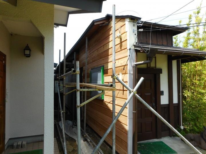 玄関横 木製サイディング