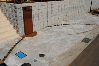 門柱を中心にタマリュウやピンコロのラインが流れていくデザイン