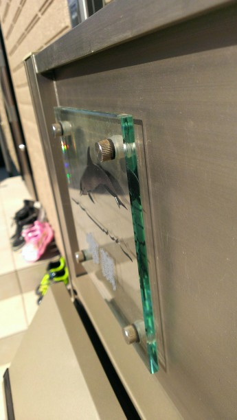 ガラス表札はその透明感から人気のある表札です。こちらは機能門柱に取り付けた表札