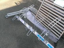 自転車スタンドやフェンスも販売。つる植物の支柱としてフェンスを買われていく方も