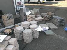 ミカゲの飛び石や平板、化粧ブロック、タイルも販売。乱貼り用の石も1山ごとに販売