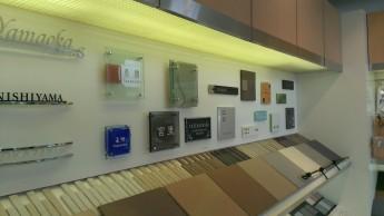 おしゃれな表札やポストのサンプルが並ぶ株式会社西山さんのショールーム
