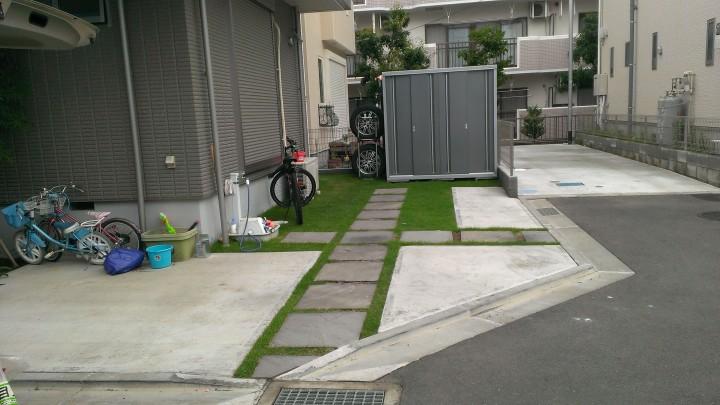 駐車場の芝が緑になり、印象がかなり違います。