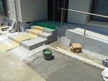 玄関前アプローチ タイル貼り作業