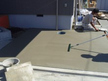 平塚市 施工現場 駐車場 コンクリート 刷毛引き仕上げ作業