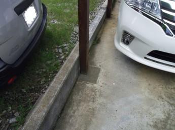 柱がコンクリートに埋まっています