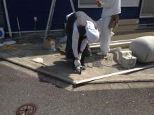 駐車場の床面に穴を開けてテラスの柱を立てていきます