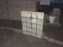 水栓の下地は半分に切ったコンクリートブロックをベースに作られています。