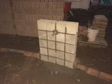 立水栓の基礎はコンクリートブロックを半分にし、少しずらして据え、ゆるくカーブを描くようにします
