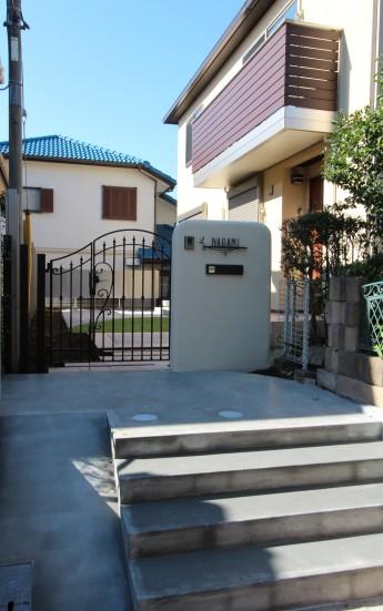 アイアン調の門扉と表札を組み合わせた可愛らしい門まわり
