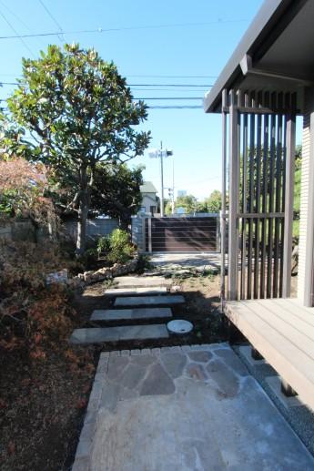 和モダンの住宅に添って自然石(ジャワ鉄平石)を使ったもう一つのアプローチ