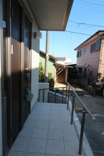 玄関前にグリップラインを付けて高さのあるアプローチからの転落防止