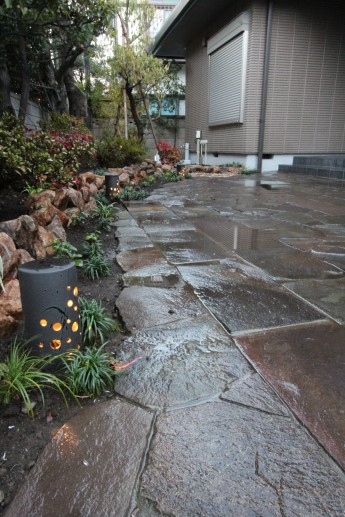 和風の庭園灯、タカショーの華蛍を敷石のアプローチに配置