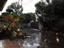 自然石のアプローチに点々と置かれたおしゃれな庭園灯が柔らかくお庭を照らします。